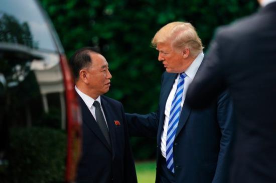 特朗普(右)和金英哲(左)会面。(图:美联社)