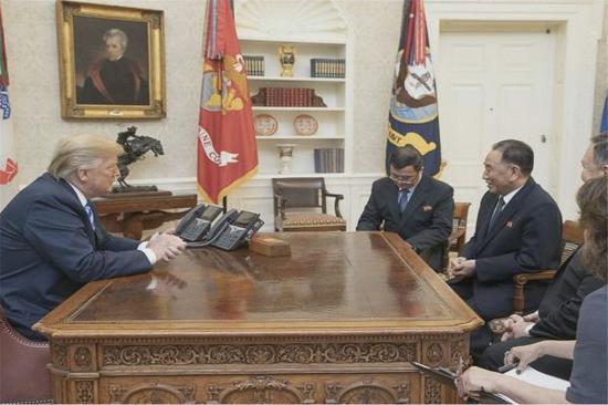 特朗普与金英哲(左三)1日在白宫举行会谈(美国白宫网站)