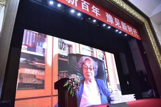 94岁高龄的叶嘉莹先生今天没能来到现场,但特意录制了一段VCR祝贺大会圆满成功。