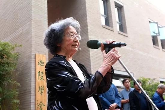 她受聘于国内多所大学客座教授及中国社会科学院文学所名誉研究员。