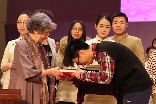 2017年12月21日晚,叶嘉莹先生出席第二十一届叶氏驼庵奖学金、第十三届蔡章阁奖助学金颁奖典礼,并致辞与颁奖。