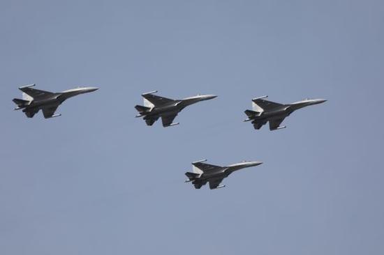 资料图片:中国空军苏-35战机编队训练。新华社发