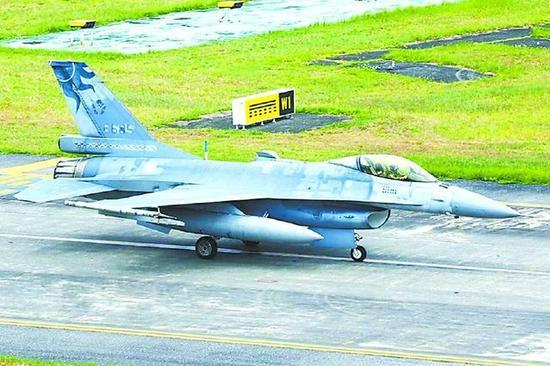 4 日,台湾一架F-16 战机在汉光军演中坠毁。大图为战机起飞前的影像,小图为被发现的残骸。