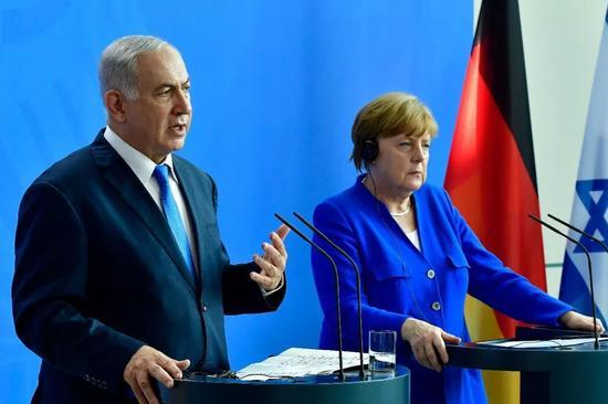 6月4日,出访德国的内塔尼亚胡和默克尔共同会见记者。法新社