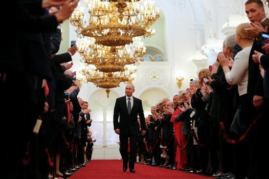 当地时间5月7日,俄罗斯总统普京步入莫斯科克里姆林宫礼堂参加就职典礼。(图片来源:路透社)
