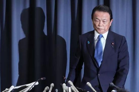 ▲麻生太郎4日在东京出席记者会。(法新社)