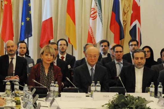 5月25日,国际原子能机构总干事天野之弥(前排中)与伊朗副外长阿拉格希(前排右)在奥地利维也纳出席伊核问题全面协议联合委员会会议。新华社记者刘向摄