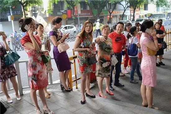 穿旗袍送考的妈妈们