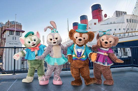 东京迪士尼海洋里达菲(右二)和它的伙伴们:雪莉玫(右一)、杰拉多尼(左一)和星黛露(左二)。