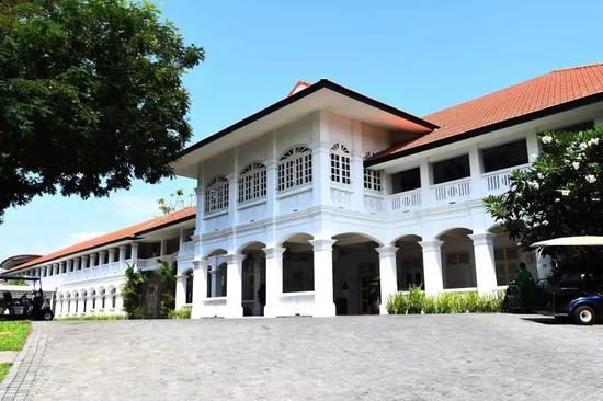 酒店建筑外观为白色立柱和百叶窗。视觉中国