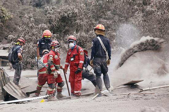 危地马拉火地岛再次喷发,目前已经有至少73人在灾难中死亡,另有至少192人仍然失踪。视觉中国 图