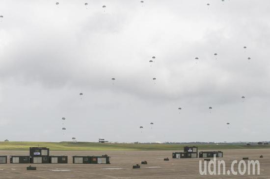 """图为台军今天在""""联合反空降作战""""演练中实施空降伞兵演练。(来源:联合新闻网)"""
