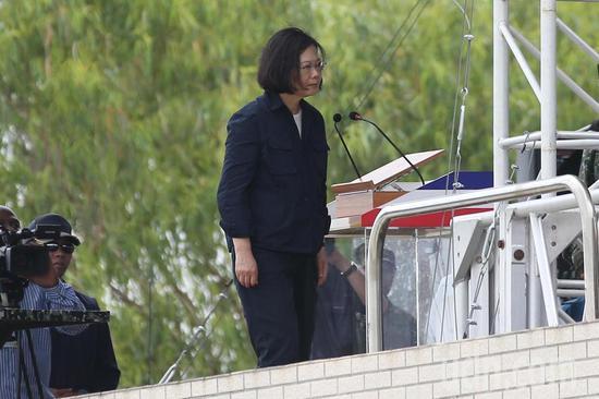 图为蔡英文今天前往台中清泉岗基地视导台军演练。(来源:联合新闻网)
