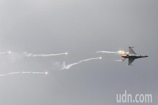 """图为台军F-16战机实施""""施放热焰弹""""等演练项目。(来源:联合新闻网)"""