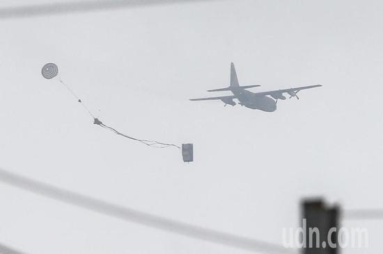 """图为台军实施""""空投悍马车""""演练项目。(来源:联合新闻网)"""