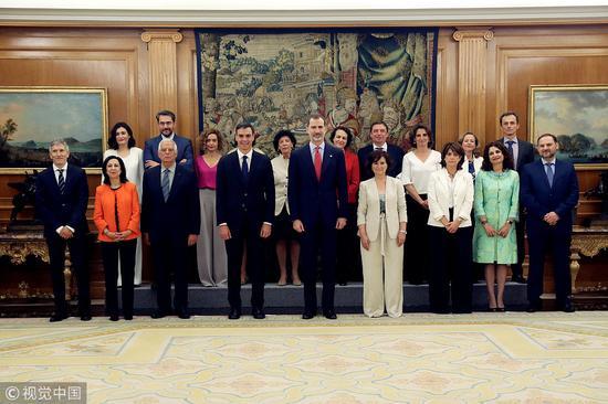 西班牙国王费利佩六世和桑切斯的新内阁合影 @视觉中国