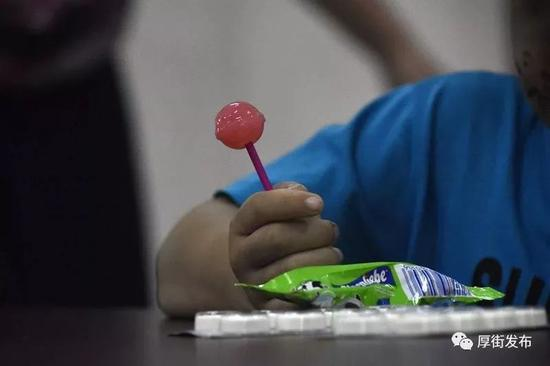 在慰问时,聪聪手里拿着棒棒糖