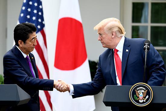 当地时间2018年6月7日,美国华盛顿,美国总统特朗普与日本首相安倍晋三在白宫玫瑰园出席联合记者会。视觉中国 图