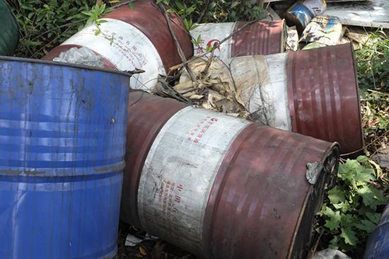 6月9日,督察人员在防城港市沙潭江边发现有大片垃圾随意堆放,存在环境风险隐患。澎湃新闻记者 刁凡超 图