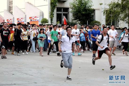 6月8日,安徽省淮北市第二中学考点,英语考试结束,考生轻松作别2018年安徽高考。新华网发(于金龙 摄)