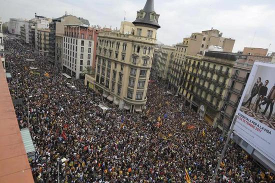 数以万计的示威民众涌上西班牙街头,抗议加泰罗尼亚独立。(法新社)