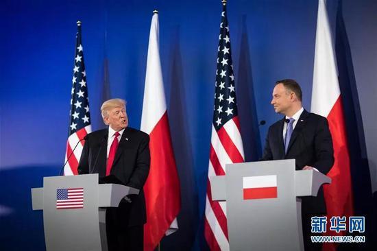 资料图片:2017年7月6日,在波兰华沙,美国总统特朗普(左)与波兰总统杜达抵达新闻发布会现场