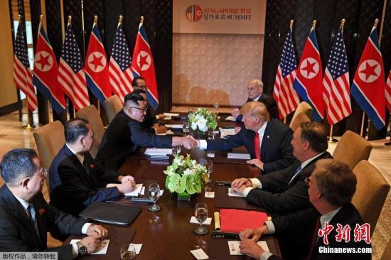 特朗普和金正恩在二楼图书馆坐下后,原本表情严肃,后在翻译的协助下简短交谈几句。两人再次握手10秒以上,都带着笑容。