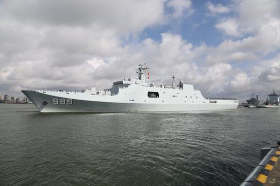 搭载驻吉布提保障基地官兵的舰船在广东湛江某军港码头解缆起航(2017年7月11日摄)。 新华社记者 吴登峰摄
