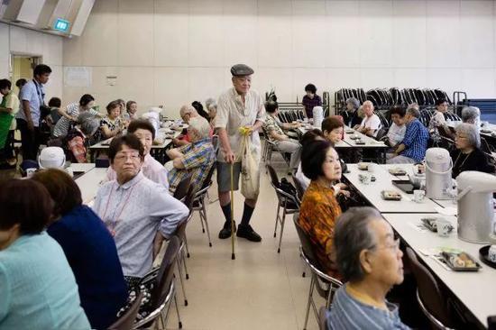 """学者堀江贵文认为:""""人为了像人一样活着,比衣、食、住更重要的是交流。""""图为东京的""""独居者午餐""""活动,这样的聚会每个月会进行一次。Ko Sasaki摄"""