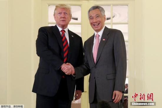当地时间6月11日上午,美国总统特朗普抵达新加坡总统府,与新加坡总理李显龙进行了双边会晤,两人随后共进工作午餐。
