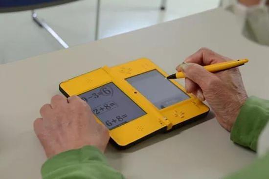位于九州岛的大分监狱内,老年囚犯在任天堂DS游戏机上做数学题,以对抗老年痴呆症。