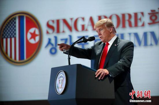 6月12日下午,美国总统特朗普在新加坡圣淘沙岛上的嘉佩乐酒店举行记者会。中新社记者 刘震 摄