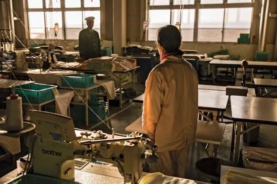 枥木女子监狱内,80岁的N女士在工厂工作。图/Bloomberg