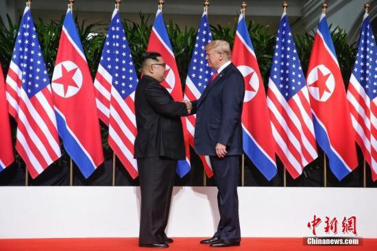 6月12日,朝鲜最高领导人金正恩(左)与美国总统特朗普在新加坡举行会晤。 中新社发 新加坡通讯及新闻部供图 摄