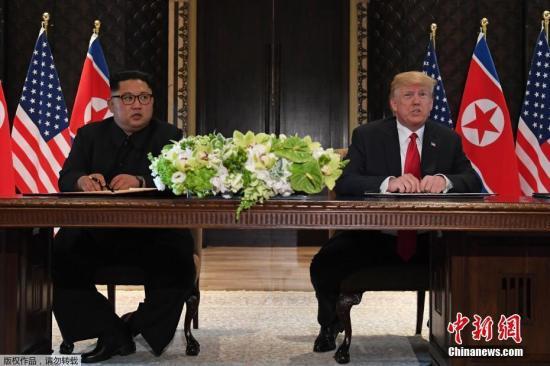 当地时间6月12日,朝美首脑会晤在新加坡嘉佩乐酒店举行,金正恩和特朗普下午出席签字仪式,双方签署此次朝美峰会历史性文件,即将公布文件内容。图为签署仪式现场。