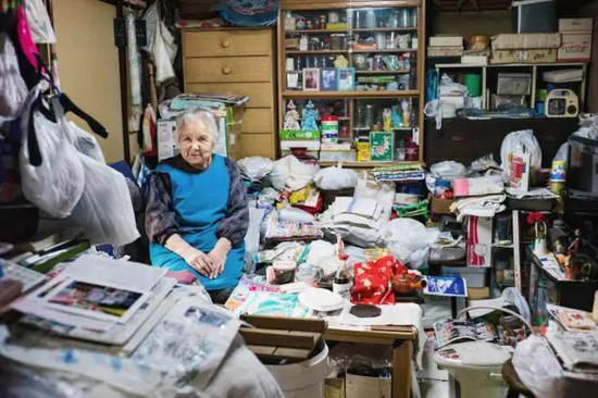 相比起老年男性,老年女性在经济上更加脆弱。在65岁以上的独居女性中,有将近一半的人生活在贫困中,而男性独居人口中,贫困人口仅为29%。Lee Chapman摄