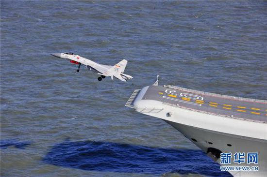 航母舰载机飞行员的风险系数是航天员的5倍、普通飞行员的20倍。 新华网 图