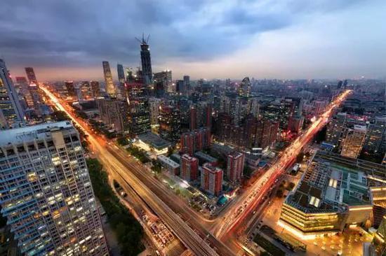 ▲北京之夜灯火通明,车流仿佛写成了胜利V的手势