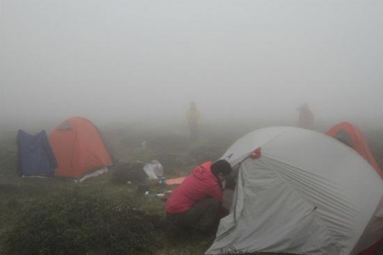 一处露营地烟雾弥漫。苗洪涛供图