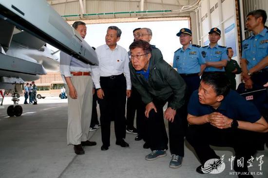 △空军院士顾问近距离观摩新型战机。张东贺 摄