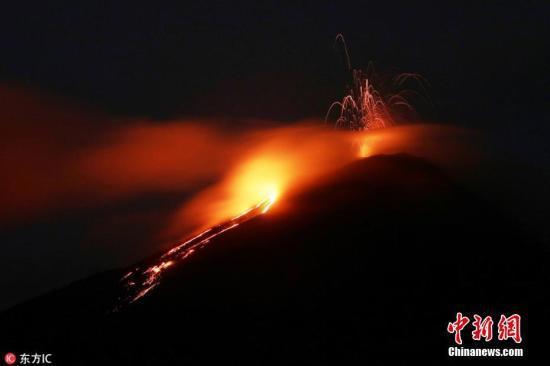 5月3日,危地马拉首都危地马拉城,帕卡亚火山活动频繁,喷发出火红岩浆。