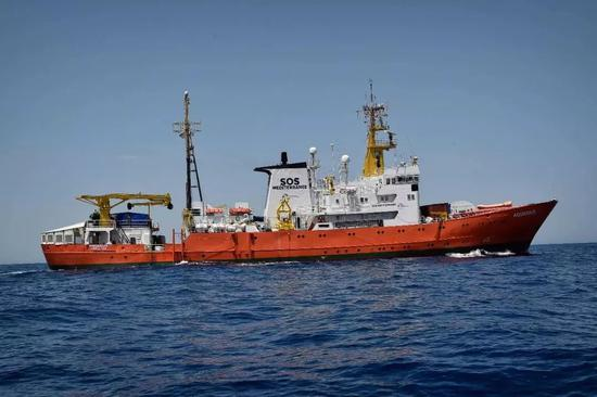 """▲""""阿奎里厄斯""""号在先后遭到意大利和马耳他拒绝靠岸后,这艘船在地中海漂流超过36小时,面临食物耗尽的窘境,船上难民状况堪忧。"""