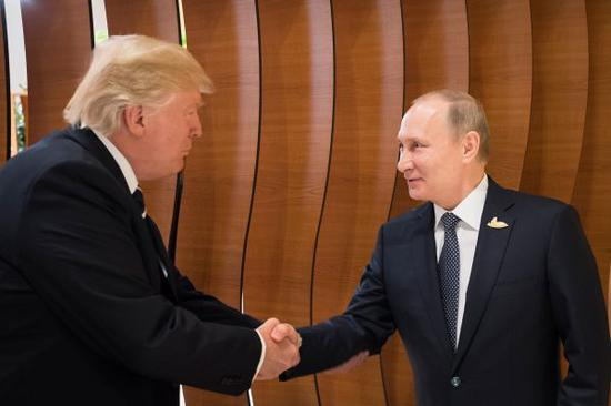 资料图:2017年7月7日,在德国汉堡,俄罗斯总统普京(右)和美国总统特朗普出席G20领导人峰会。新华社发