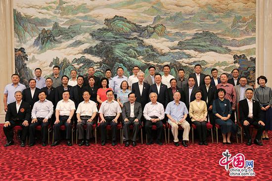 座谈会结束后,万钢等领导同志亲切会见参会人员并合影留念。