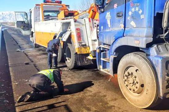 在执勤中,有车辆发生故障,王政杰为驾驶员们提供帮助。图片来源:中新网