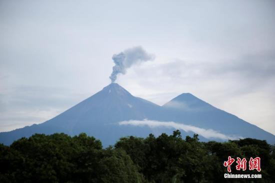 资料图:当地时间2018年6月13日,危地马拉威哈城,6月3日喷发导致超过117人死亡的危地马拉火地岛富埃戈火山再次变得活跃。