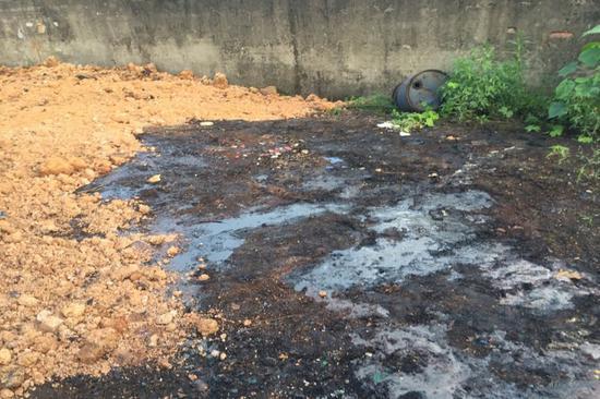 图2 厂区空地倾倒煤焦油并覆土掩埋