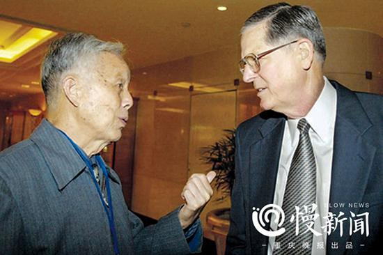 2005年,曹越华与史迪威将军外孙约翰・依斯特布罗克先生相聚,用英文与他交谈了一个多小时,续了60年前与他外公十分珍贵的历史之缘。