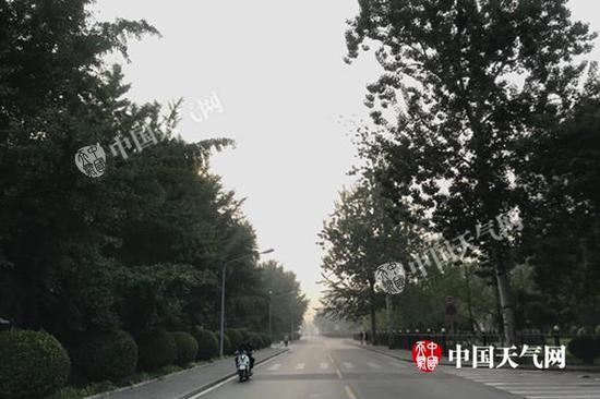 今天清晨,北京出现轻雾,部分地区能见度不佳。