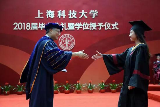 江绵恒与毕业生握手
